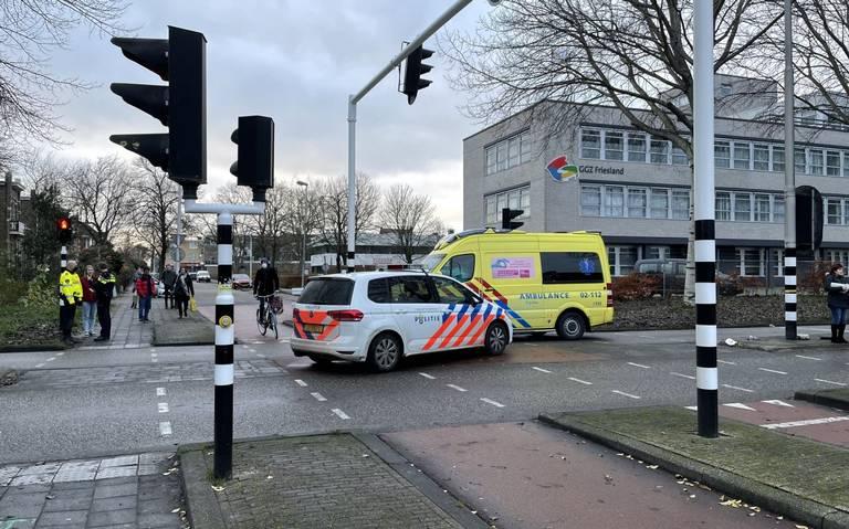 Fietser gewond bij botsing met auto in Leeuwarden.
