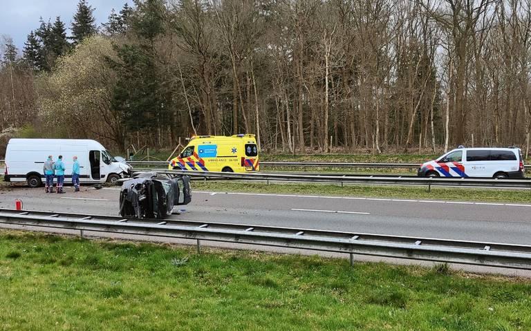 Auto slaat over de kop bij ongeluk op A32 tussen Meppel en Heerenveen.