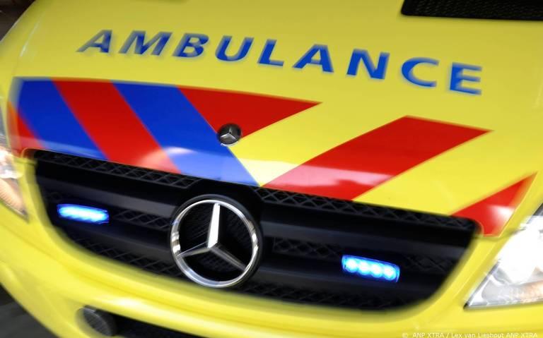 Vrouw gewond naar ziekenhuis na ongeluk met twee autos in Almelo.