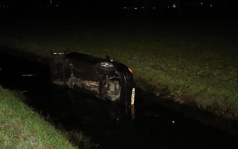 Auto eindigt in de sloot na ongeluk in Oudehaske.