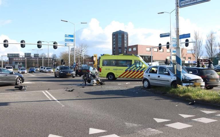 Motorrijder onderuit bij botsing met auto op Vrijheidsplein in Leeuwarden.