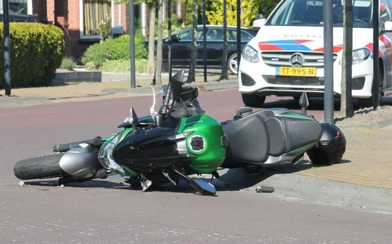 Motorrijder gewond bij botsing met auto in Kollumerzwaag.