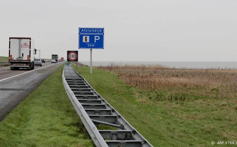Afsluitdijk richting Friesland gesloten door ongeval.