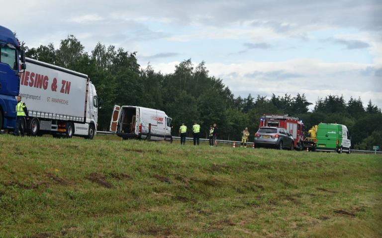 Heldenactie op A32: alerte chauffeur gooit vrachtwagen voor ongeluk bij Steenwijk.