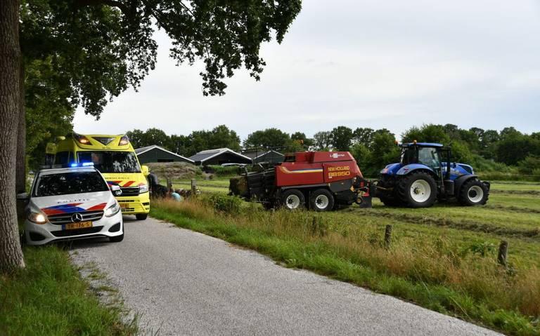 Wielrenner ernstig gewond bij aanrijding met landbouwvoertuig Lippenhuizen.