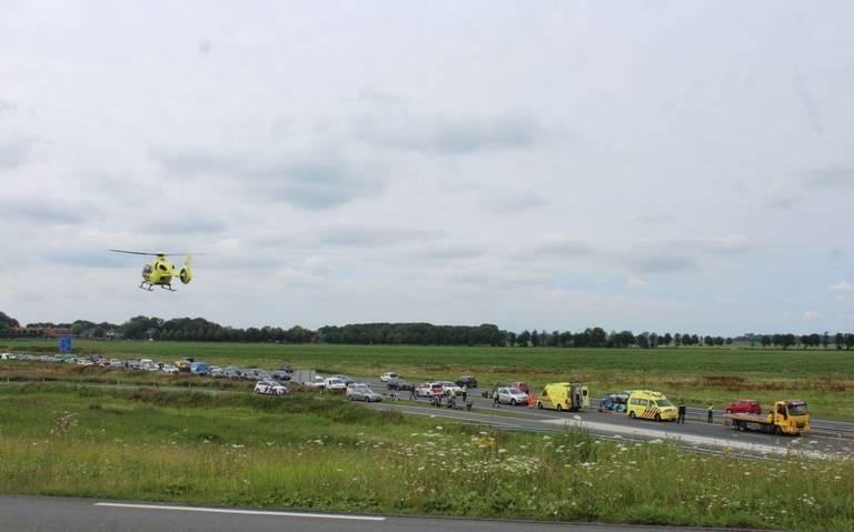 N31 tussen Marsum en Leeuwarden afgesloten na ongeluk met motorrijder.