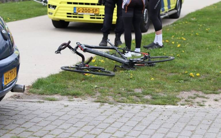 Wielrenner raakt gewond bij botsing met auto in Rottum.