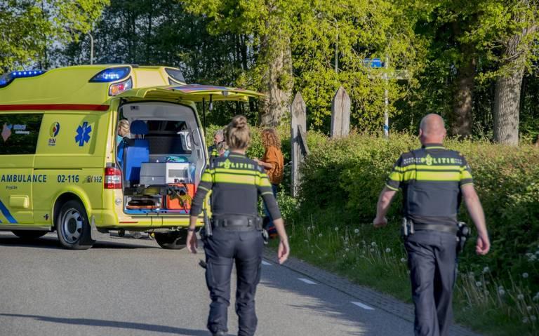 Wielrenner gewond na botsing met taxibusje bij Veenklooster.