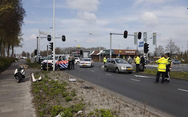 Scooterrijder ernstig gewond bij botsing met auto in Drachten.