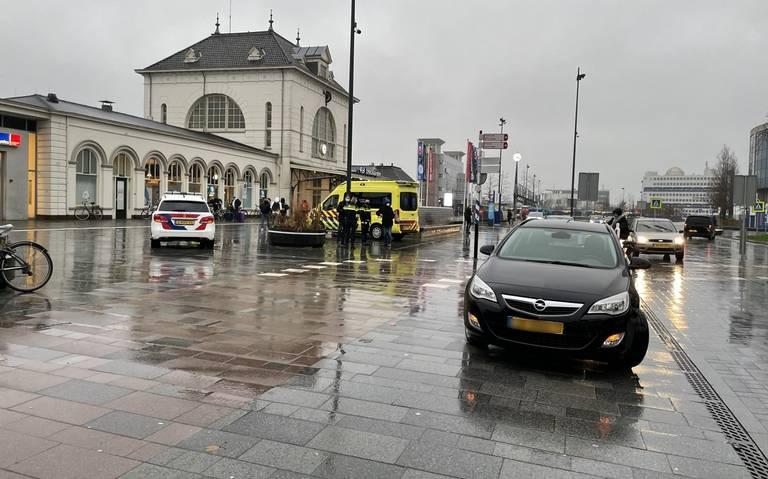 Fietsster gewond na botsing op Stationsplein in Leeuwarden.