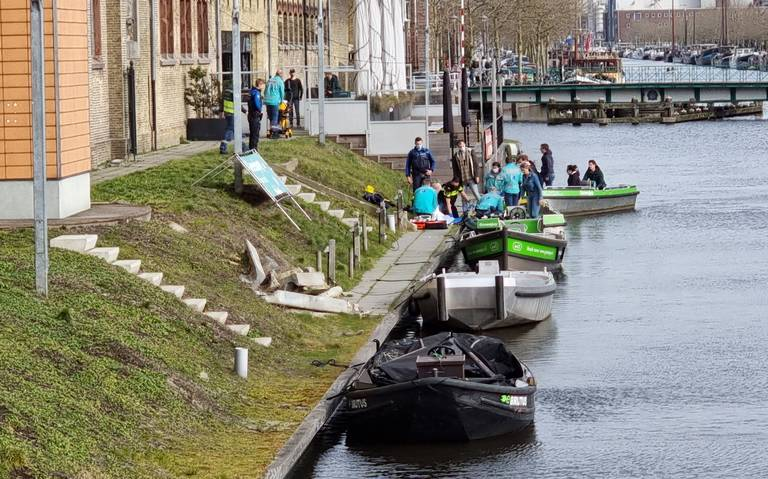 Vrouw gewond aan achterhoofd na botsing tegen laag bruggetje in Leeuwarden.