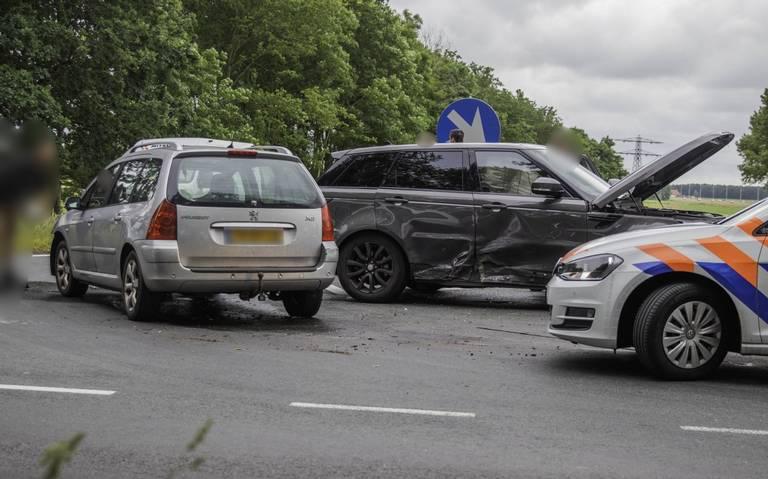 Autos fors beschadigd bij ongeluk op viaduct A7 bij Oudehaske.