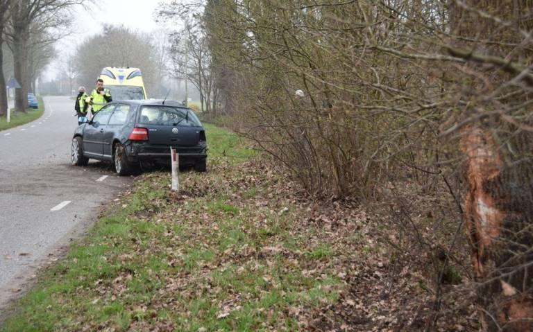 Bestuurder gewond bij botsing met boom bij Drogeham.