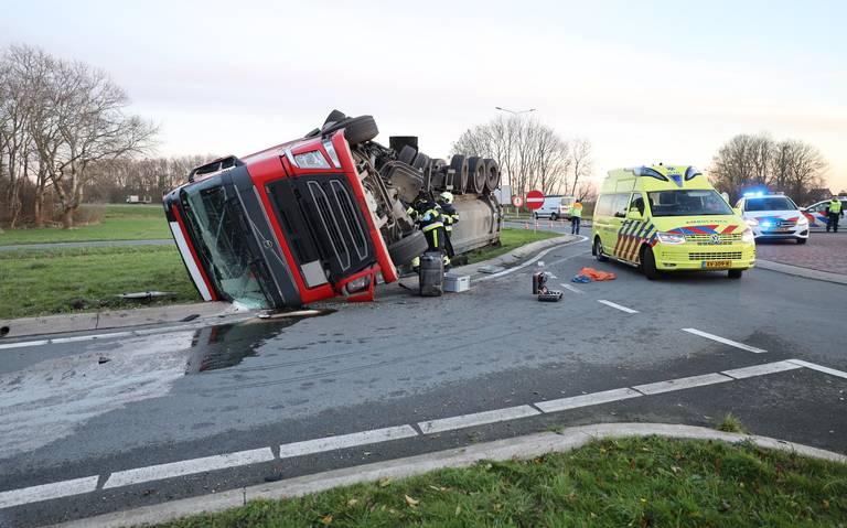 Vrachtwagen gekanteld op N359 bij Bolsward.