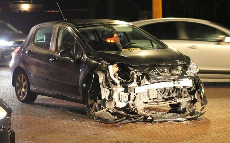 Veel schade naar autobotsing in Damwâld.
