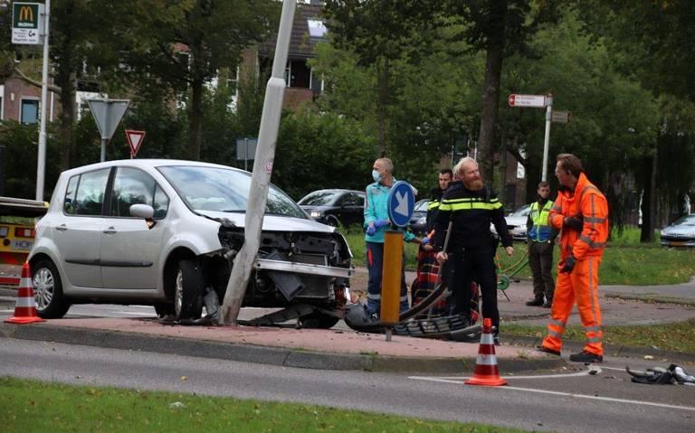 Automobiliste gewond bij botsing met lantaarnpaal in Heerenveen.