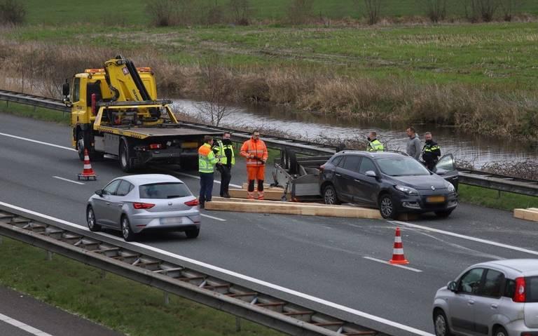 A7 deels afgesloten vanwege eenzijdig ongeval bij Drachtstercompagnie: geen gewonden, wel houten balken op het wegdek.