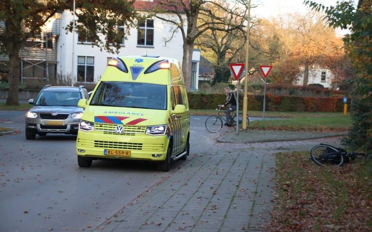 Fietser gewond bij botsing met auto in Heerenveen.