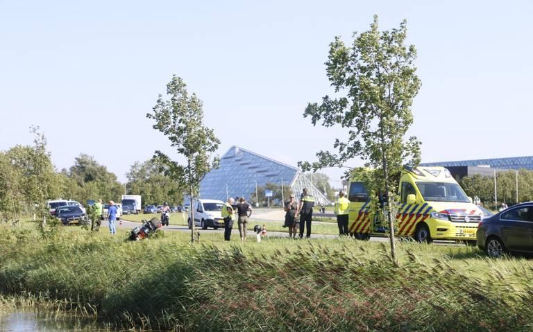 Motorrijder gewond bij botsing met auto in Leeuwarden, automobilist rijdt door.