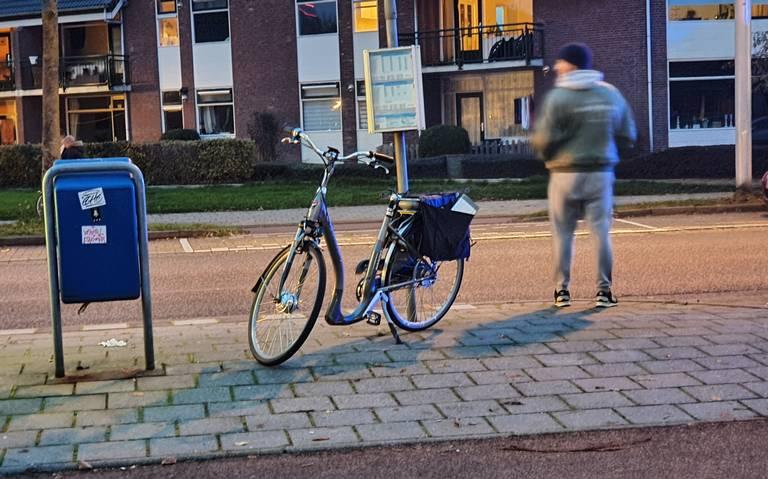 Fietser gewond na aanrijding in Leeuwarden, auto rijdt door.