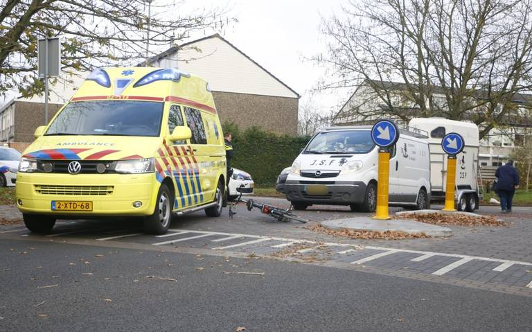 Fietser gewond bij aanrijding met busje in Leeuwarden.
