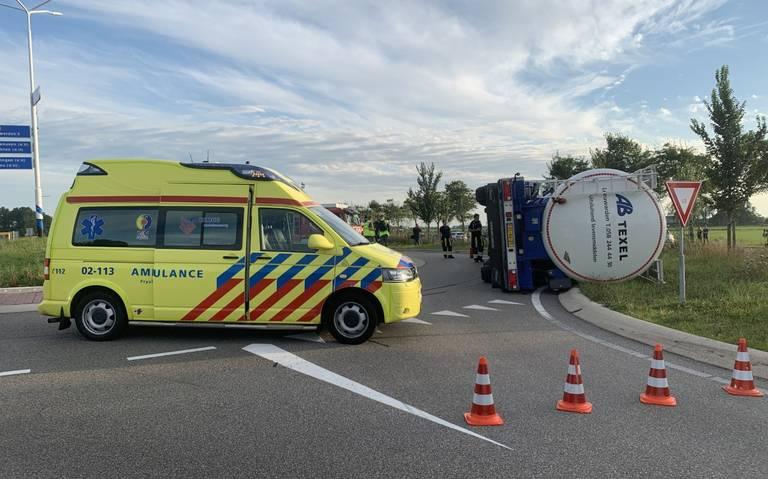 Vrachtwagen gekanteld op rotonde bij Deinum.
