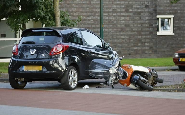 Scooterrijder gewond na botsing met auto in Drachten.