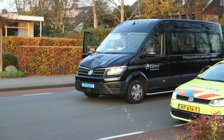 Fietser zwaargewond bij botsing met taxibusje in Drachten.