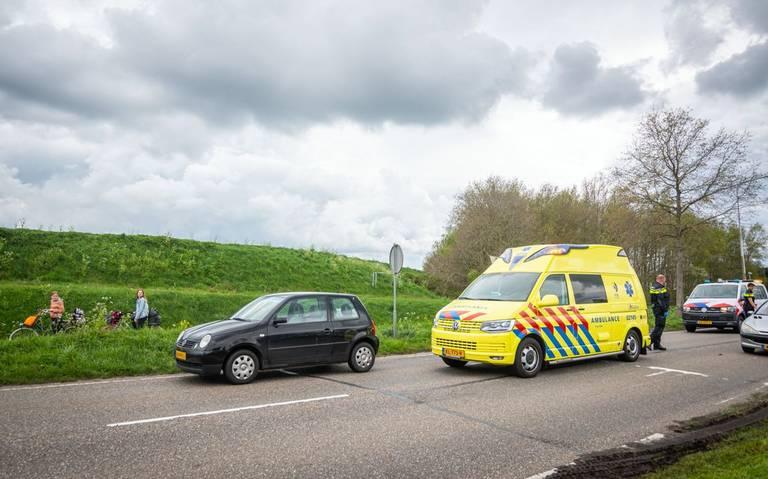 Fietser gewond bij aanrijding voor politiebureau in Wolvega.