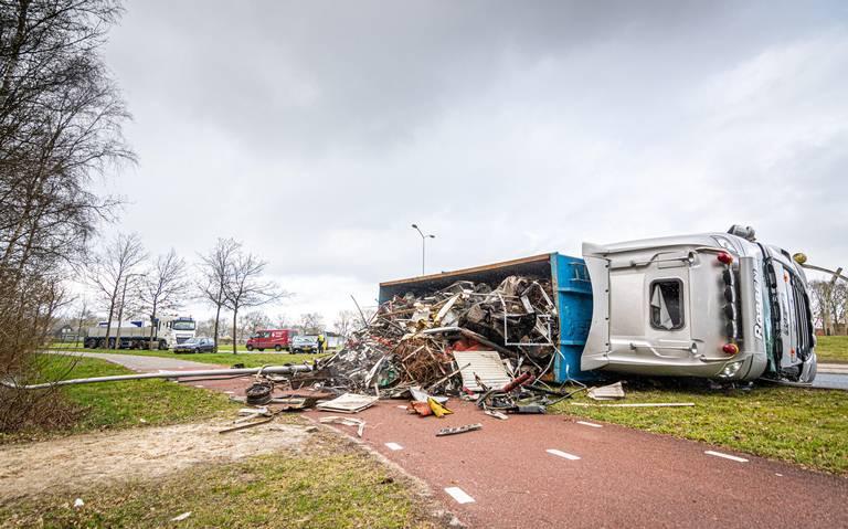 Vrachtwagen met schrootafval gekanteld op rotonde N351.