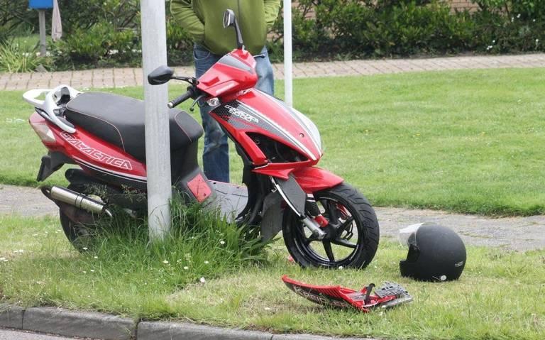 Scooterrijder gewond na aanrijding in Stiens.