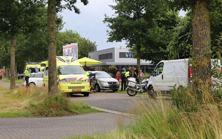 Traumahelikopter rukt uit na ongeval in Burgum: fietser ernstig gewond geraakt.