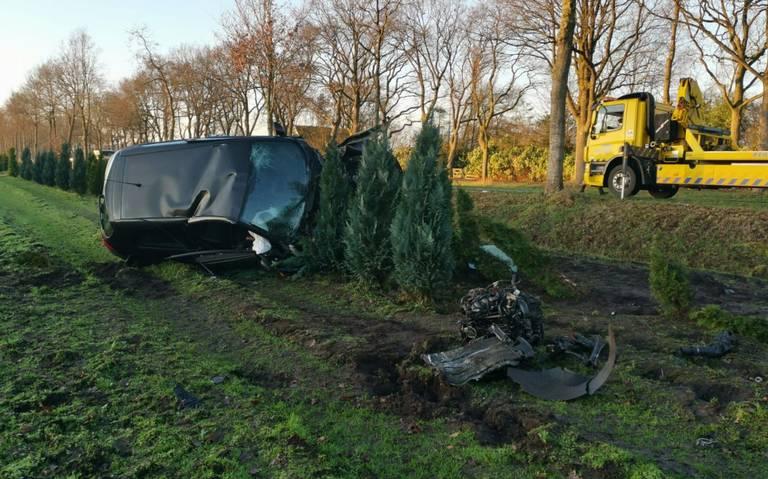 Gewonde bij eenzijdig ongeval op N979 bij Haulerwijk: auto belandt op zijkant.