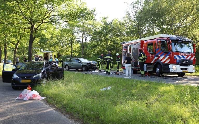 Veel schade bij kop-staartbotsing met vier auto's Drachtstercompagnie.