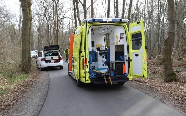 Scooterrijder in Kortehemmen valt, wordt aangereden door auto en raakt gewond.