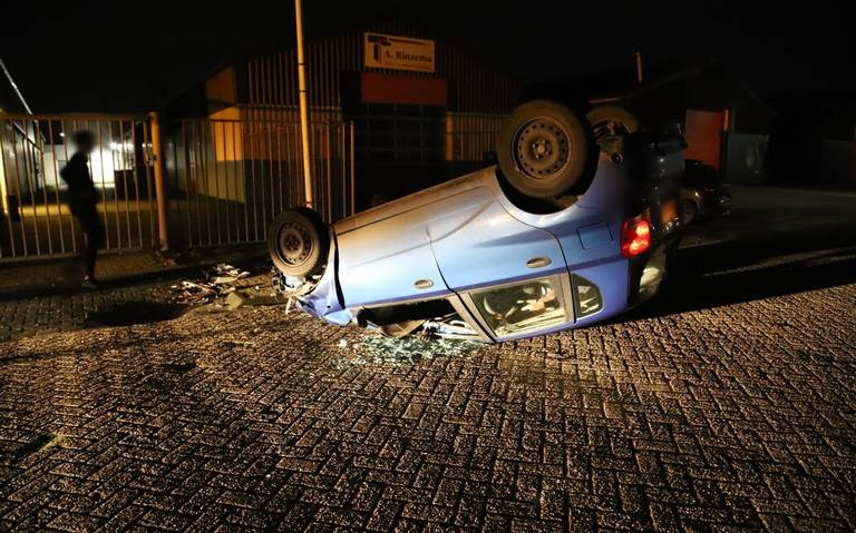 Auto landt ondersteboven bij ongeluk op industrieterrein De Haven in Drachten.