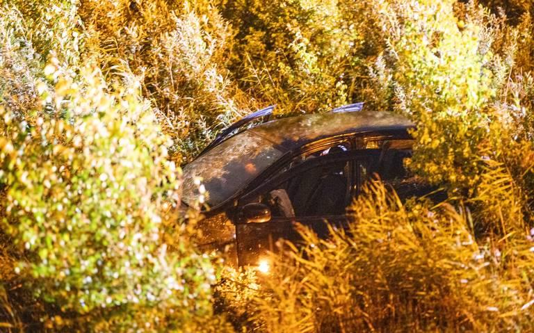 Auto zinkt in Tjeukemeer na aanrijding op A6.