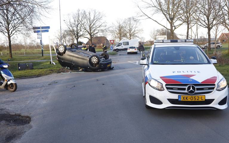 Ongeluk met twee autos in Drachtstercompagnie: bestuurder mogelijk onder invloed.