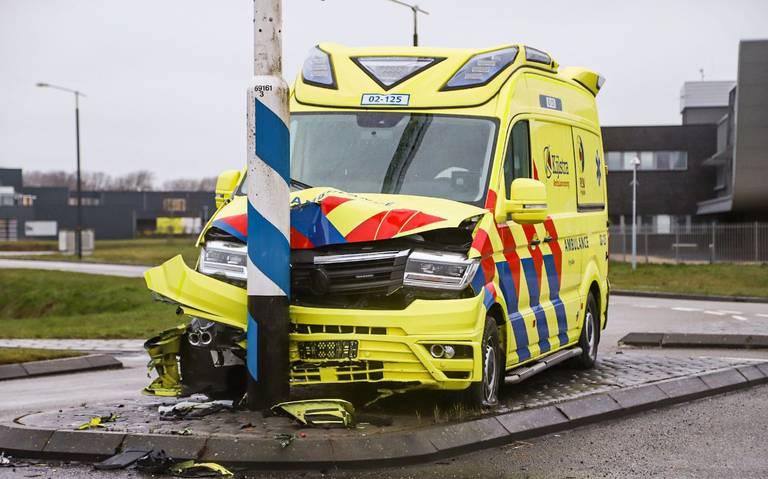Ambulancepersoneel raakt gewond na harde botsing tegen een paal in Drachten.