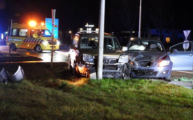 Veel blikschade na botsing tussen twee autos op kruising in Stiens.