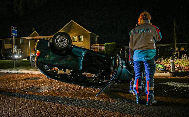 Auto belandt op dak bij eenzijdig ongeval in Noordwolde.
