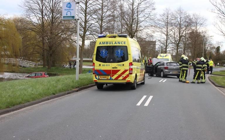 Auto raakt te water na aanrijding in Sneek: twee gewonden.