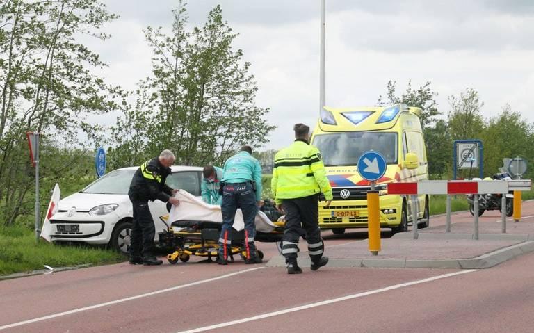 Fietser raakt gewond bij botsing met auto bij Damwâld.