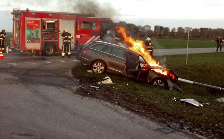 Gewonde bij botsing Marrum, voertuig in brand.