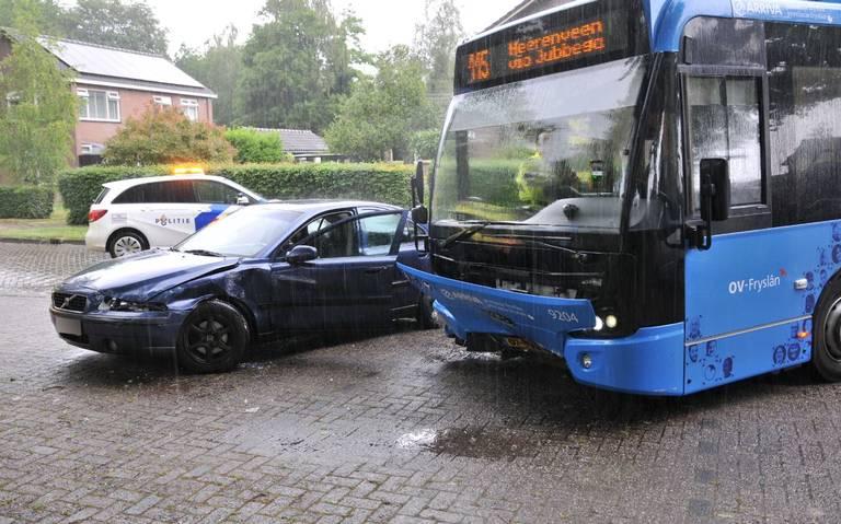 Aanrijding tussen auto en busje: twee gewonden.