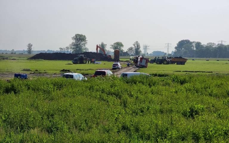 Ongeluk op bouwterrein in Leeuwarden: brandweer bevrijdt persoon uit trekker.