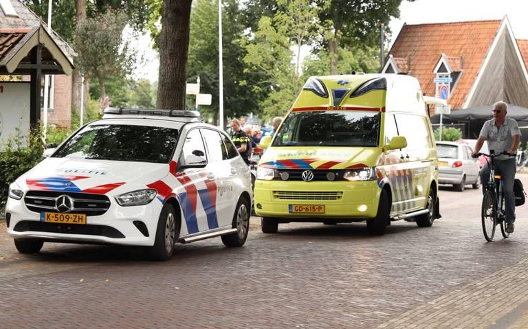 Wielrenner schrikt van botsing tussen twee autos in Terherne en komt ten val.
