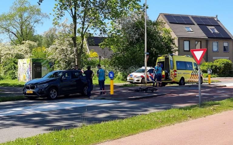 Fietser raakt gewond bij aanrijding met auto op Middelberterweg in Groningen.