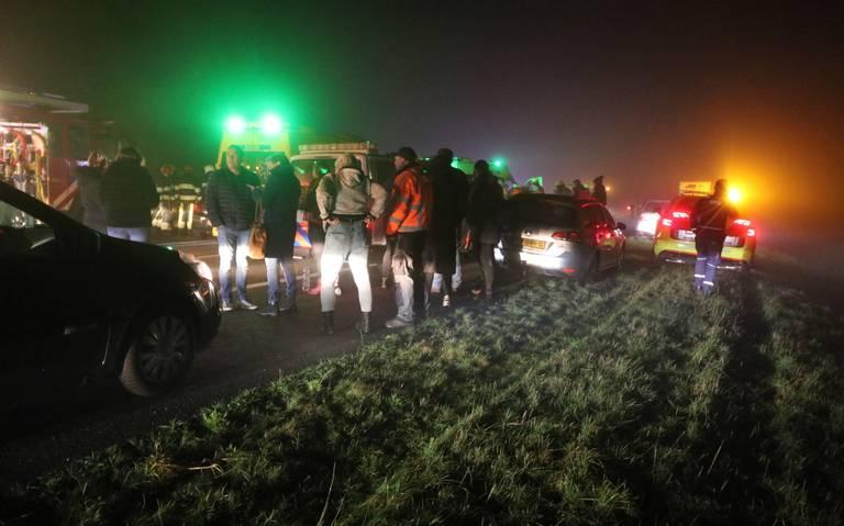 Dode en 19 gewonden bij kettingbotsing op A32 bij Akkrum, 30 autos betrokken.